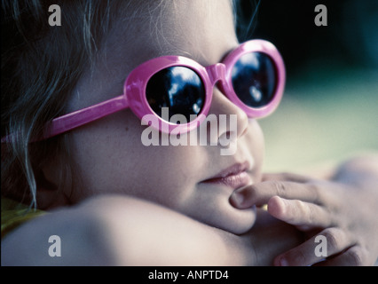 Cute girl wearing sunglasses Banque D'Images