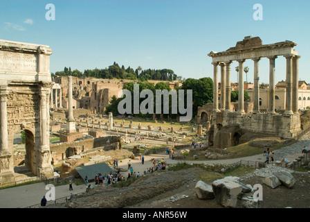 L'Arc de Septime Sévère, la colonne de Phocas et basilique Julia en regardant vers l'Palintine dans le Forum Romain Banque D'Images