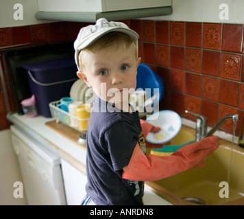 Garçon à vaisselle Banque D'Images