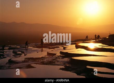Coucher de soleil sur le travertin piscines Pamukkale Banque D'Images