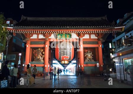Stock photo de la lanterne en géant dans la Kaminarimon gate près de temple Sensoji à Asakusa Tokyo Japon Banque D'Images