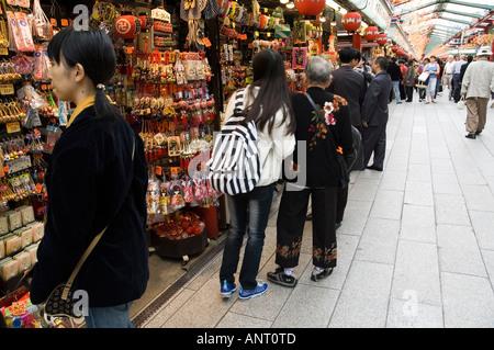 Stock photo de la rue Commerçante Nakamise près de Temple Sensoji à Asakusa Tokyo Japon Banque D'Images