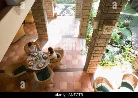 Deux jeunes femmes de manger à table Banque D'Images