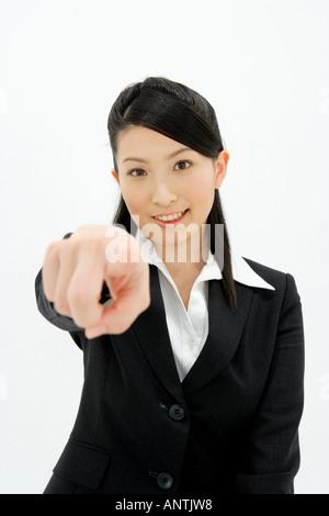 Jeune femme pointant vers l'avant Banque D'Images