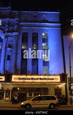 L'Indianapolis Repertory Theatre éclairées par des lumières bleues dans la nuit