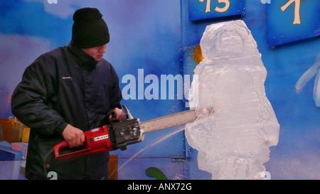 Modélisation de l'artiste un bloc de glace avec une scie à chaîne Banque D'Images