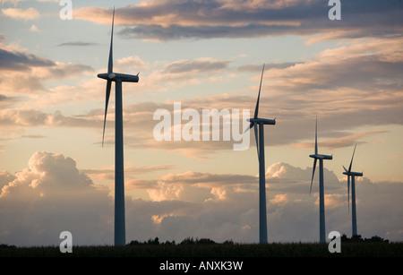 Éoliennes dans un champ dans le Nord de l'Allemagne Banque D'Images