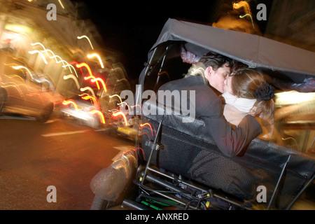 Couple sur un vendredi soir dans le West End de Londres Model publié Banque D'Images