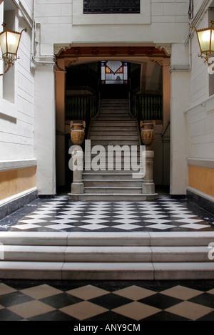 Couloir et d'escalier dans les vieilles rues de Barcelone Banque D'Images
