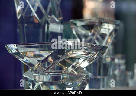 Europe, France, Paris, Place de la Madeleine: Fenêtre Détail de cristal de Baccarat Magasin, vase de cristal Banque D'Images