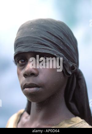 Adolescente autochtone Alena songeur à l'horizon de la terre d'Arnhem centrale dans Kurrurldul Banque D'Images