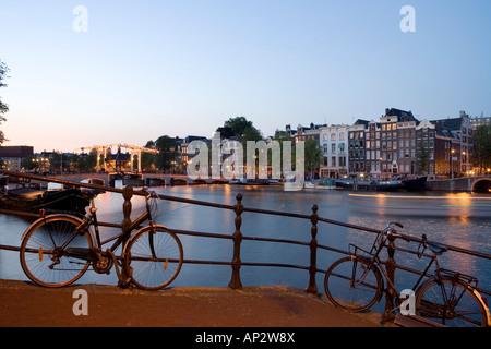 Rivière Amstel et Magere Brug à l'aube, Amsterdam, Pays-Bas Banque D'Images