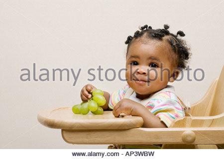 Baby Girl avec des raisins Banque D'Images