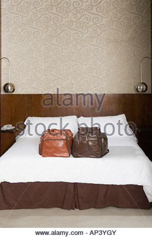 Les sacs sur un lit d'hôtel Banque D'Images