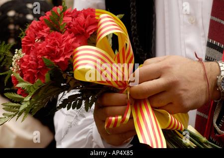Homme portant des fleurs dans la Fiesta del Pilar, Saragosse, Espagne Banque D'Images