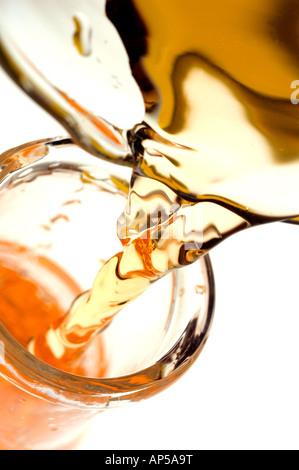 Liquide de couleur orange à partir de la coulée de verre ballon bécher dans le laboratoire. Banque D'Images