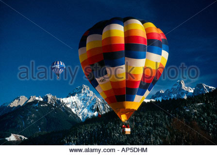 Montgolfières voler pendant la Semaine internationale de l'air chaud Ballon Chateau d oex Suisse Banque D'Images