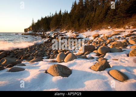 Un lever du soleil d'hiver à Monument Cove dans la Maine Acadia National Park. Banque D'Images