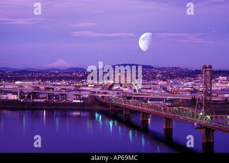 USA (Oregon, Portland, Lune qui plane au-dessus de la ville, avec Mt Hood en arrière-plan. Banque D'Images