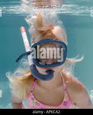 Jeune fille nager sous l'eau avec masque et tuba Banque D'Images