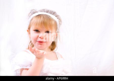 Francesca blowing a kiss en robe de mariage. Banque D'Images