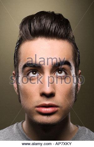 L'homme à la recherche jusqu'à ses cheveux Banque D'Images
