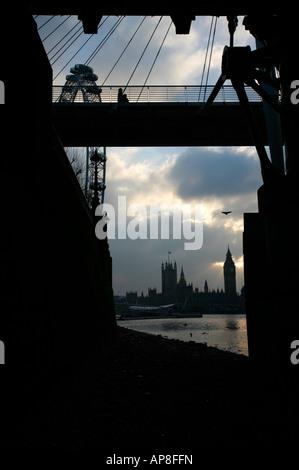 Chambres du Parlement vu au-delà de London Eye et passerelle du Jubilé, Londres Banque D'Images
