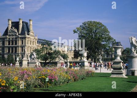 Europe France, Paris jardin des Tuileries et Musée du Louvre. Tuilleries et Musée du Louvre. . Les rives de la Seine site classé au patrimoine mondial de l'UNESCO
