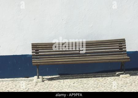 Banc en bois blanc et bleu typique contre mur, portugal, Alentejo Banque D'Images
