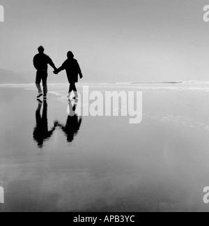 Couple romantique sur la plage de Bude Cornwall UK Banque D'Images
