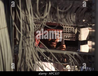 Technicien de l'Arabie saoudite carte de commutateur à commutateur téléphonique au centre, au centre-ville Riyah Banque D'Images