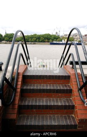 Ensemble d'étapes menant au mur et sur la jetée de bâtiment oxo/tour de Londres sur la rive sud de la Tamise en Banque D'Images