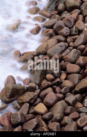 Les vagues contre le temps porté rochers sur la côte atlantique, l'Acadia National Park Maine Banque D'Images