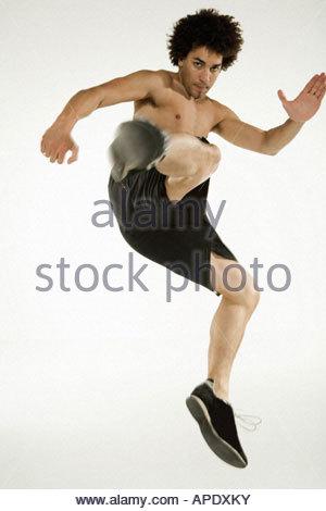 L'homme torse nu et des coups de saut Banque D'Images