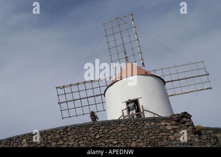 Le livre blanc moulin qui domine le jardin de cactus à Lanzarote Banque D'Images