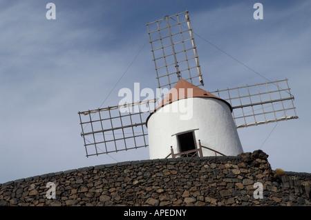 Le moulin blanc donnant sur le jardin de cactus à Lanzarote Banque D'Images