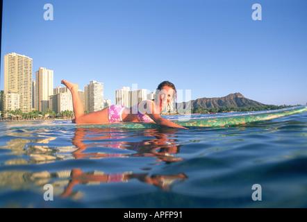 Surfer femelle longue pagaie, Lauren Davies à Waikiki, Hawaii Banque D'Images