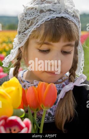 Jeune fille portant un chapeau tulipes holding néerlandais