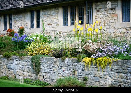 Soulevé de fleurs en face de Christ Church college, les bâtiments de l'Université d'Oxford, Oxford, England, UK Banque D'Images