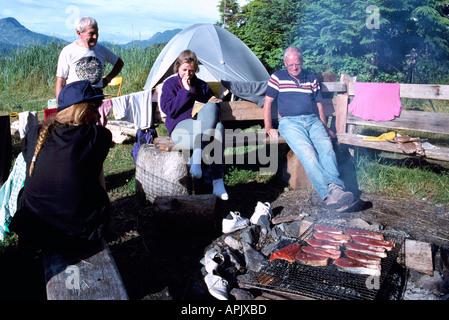 Barbecue, barbecue / grillade sur barbecue de saumon sauvage au camping, côte ouest du Pacifique, en Colombie-Britannique, British Columbia, Canada Banque D'Images
