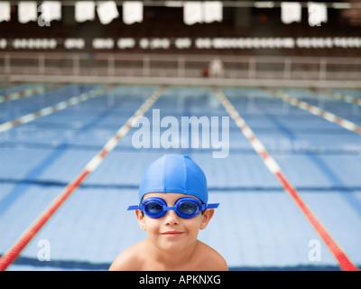 Garçon portant ces lunettes par piscine (portrait) Banque D'Images