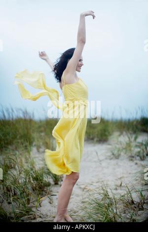 Jeune femme soulevant on beach Banque D'Images