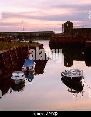 Lever du soleil sur le vieux port. Holyhead. Anglesey. Le Nord du Pays de Galles.