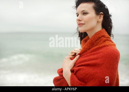 Jeune femme enveloppée dans une serviette Banque D'Images