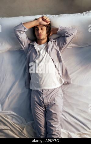 Homme au lit Banque D'Images