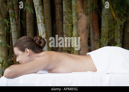 Young woman lying on massage table Banque D'Images