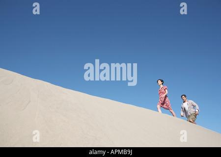 Couple ordre croissant (dunes de sable, low angle view) Banque D'Images
