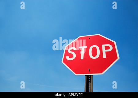 Panneau d'arrêt contre le ciel bleu Banque D'Images