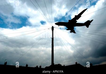 Jet à basse altitude à Heathrow Banque D'Images