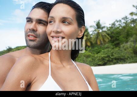 Jeune couple looking at view près de plage, St John, US Virgin Islands, USA Banque D'Images